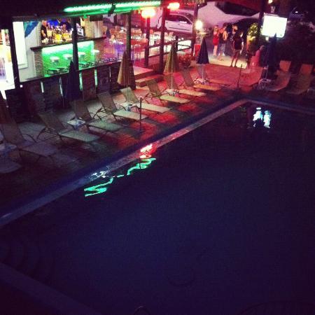 Canadian Hotel: Pool & Bar