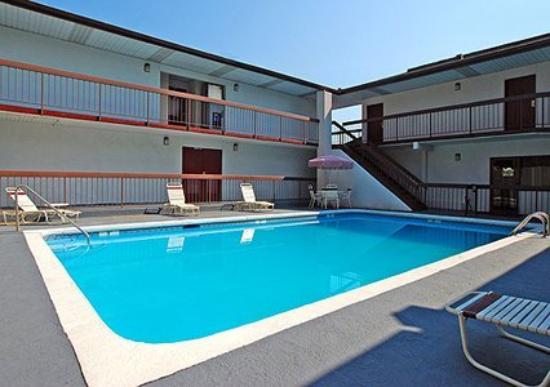 Super Inn & Suites Newberry: Pool (OpenTravel Alliance - Pool view)