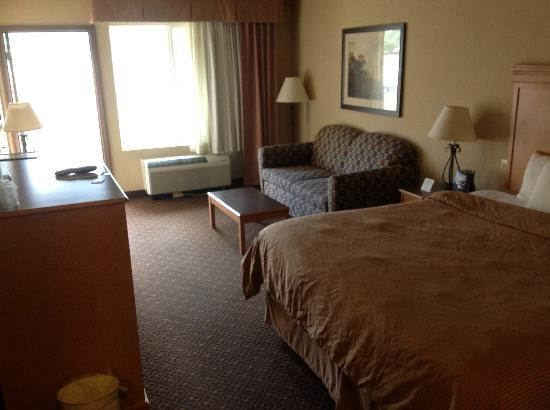 Glenwood Suites: Our comfy King bedroom.