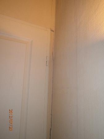 Residence Les Portes des Cevennes : mur placard chambre
