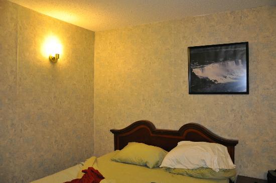 Falls Motel: LA lumière côté lit ..................