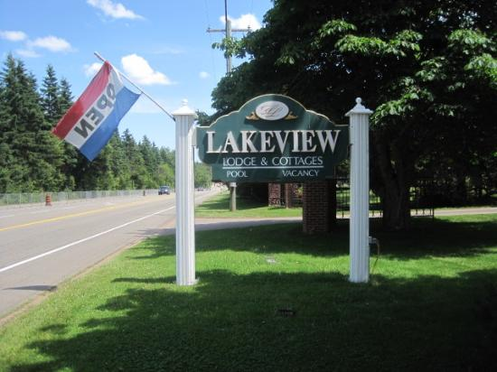 Lakeview Lodge & Cottages: Road View