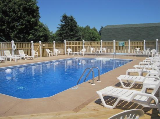 Lakeview Lodge & Cottages: Outdoor Heated Pool with a Hot Tub