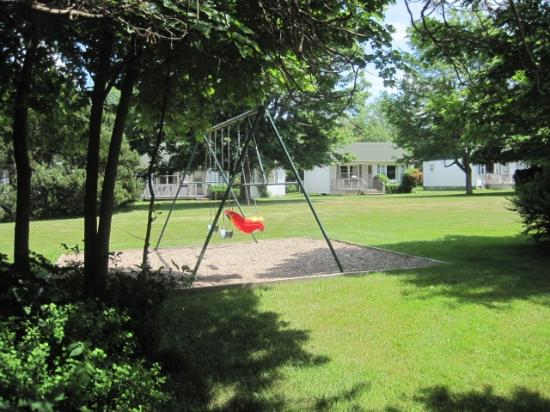 Lakeview Lodge & Cottages: Swing Set