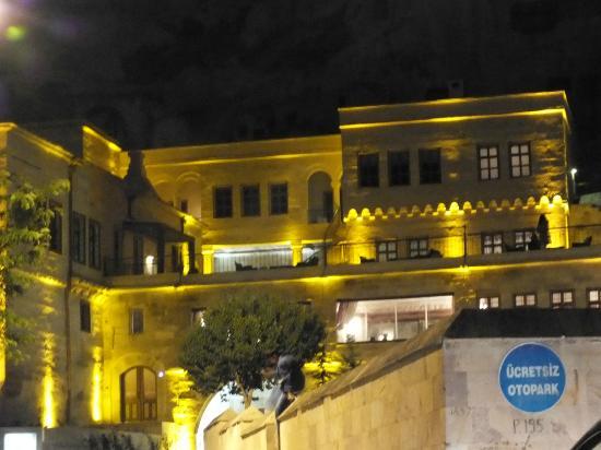 Fresco Cave Suites & Mansions: at night II