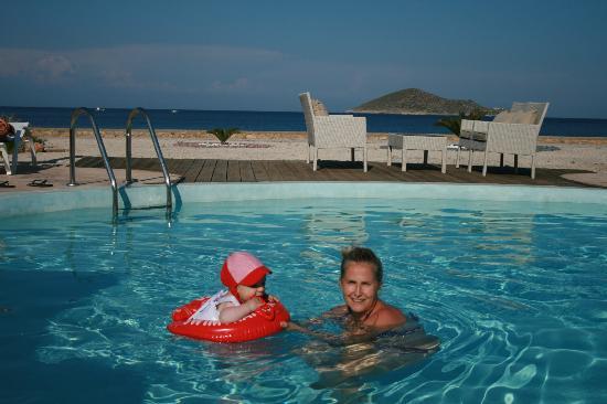 Tony's Beach Studios : piscina - mare