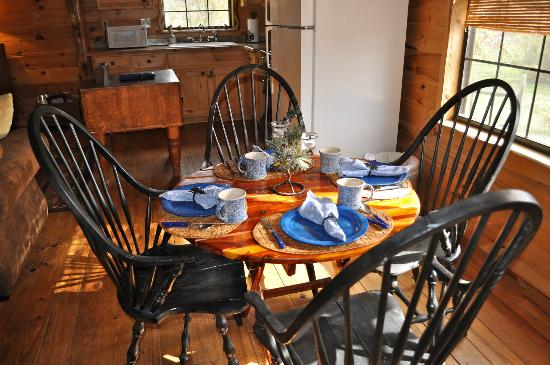 Pappy's Paradise Bed & Breakfast: Dining area at The Cabin