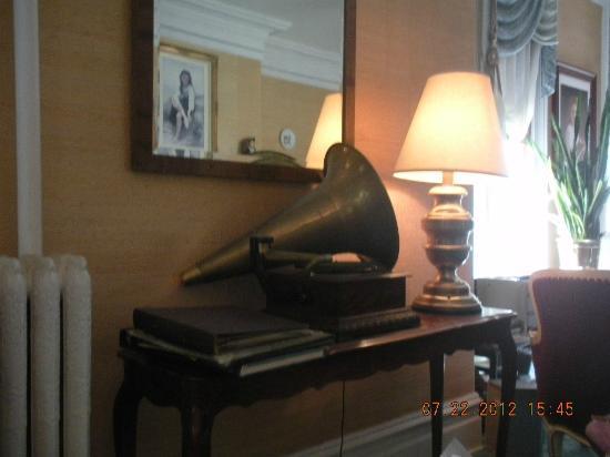 Benjamin Young Inn: megaphone