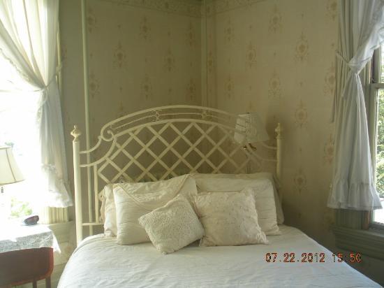 Benjamin Young Inn: Rose Room bed