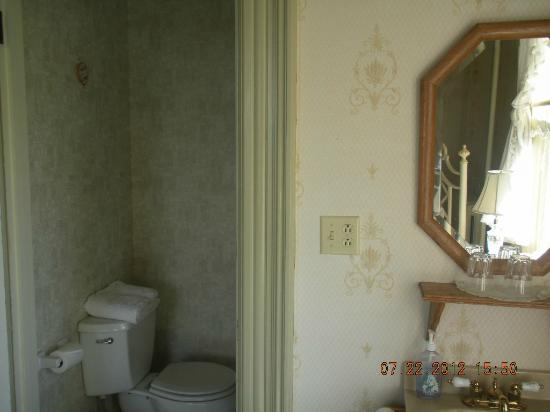 Benjamin Young Inn: vanity bathroom