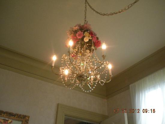 Benjamin Young Inn: dining room chandelier