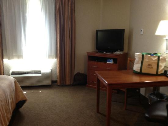 Candlewood Suites Lexington: Nice HDTV and desk