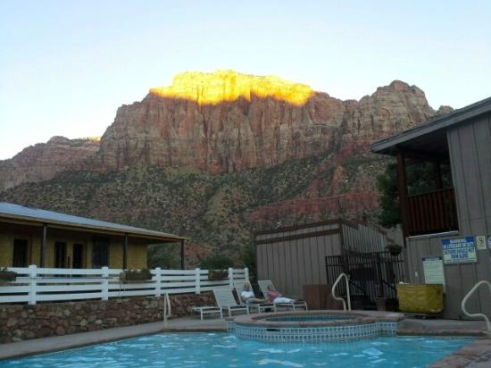 Historic Pioneer Lodge: Sunset by the pool