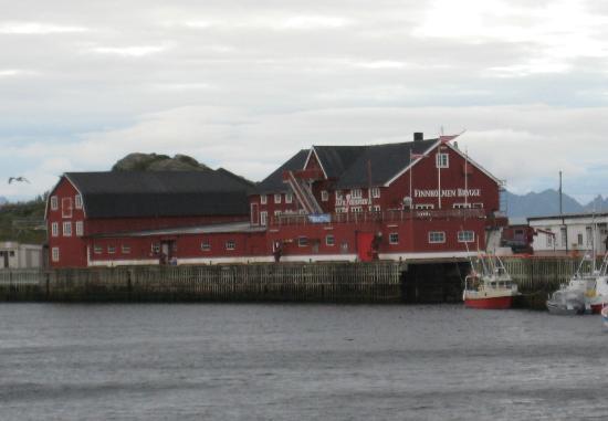Finnholmen Brygge: Fronten av hotellet, tatt fra andre siden av havnen