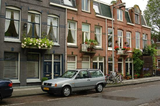 Bed and Breakfast Amsterdam: Our B&B to the left