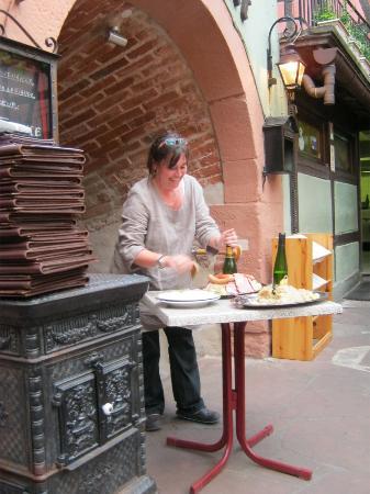 La Patronne de La Dime servant la Choucroute au Crémant d'Alsace.