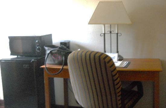 Quality Inn: Desk, refrigerator, microwave