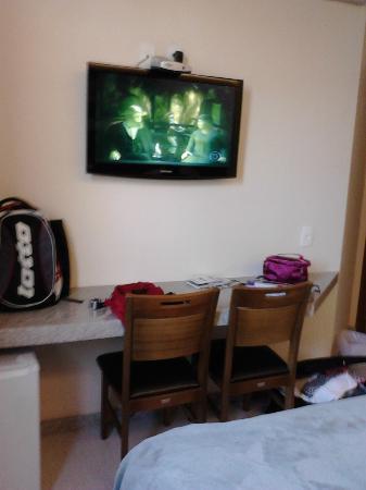 Pousada Sossego da Pampulha: Tv e mesa