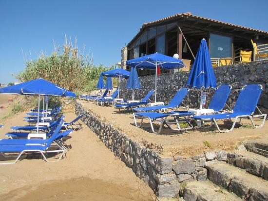 Krini Beach Hotel: Beach area - Sun beds and umbrellas [Лежаки и зонтики]. and the bar -