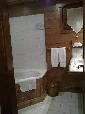 ليه شاليه دي لا سيراز: Salle de bain avec baignoire balneo 