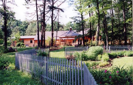 Hocking Hills Resort: Lovely gardens surround the resort.