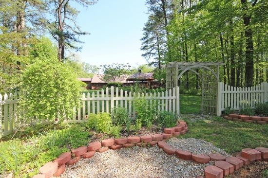 Hocking Hills Resort: Many couples like to get married in the garden.