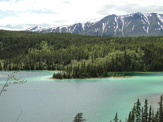 Emerald Lake: Green lake with mountain backdrop