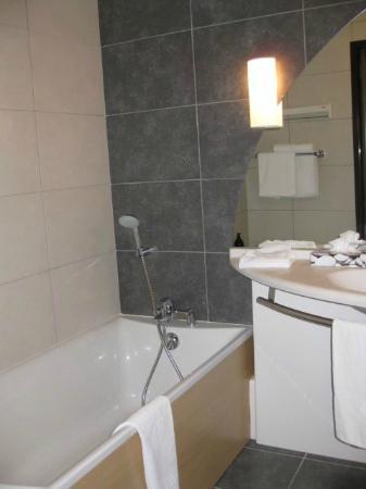 Adagio City Aparthotel Nantes Centre : Bathroom in 3 person studio