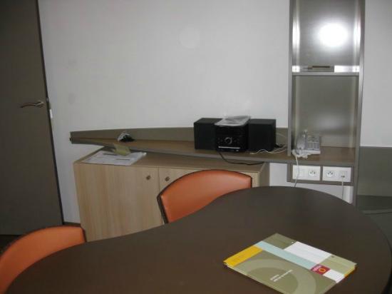 Adagio City Aparthotel Nantes Centre : Table area