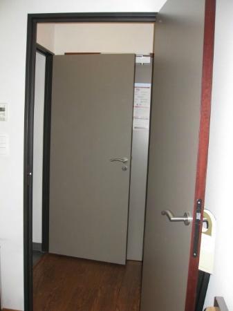 Adagio City Aparthotel Nantes Centre : Doors to seperate toilet