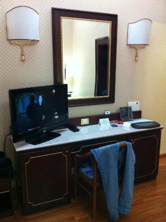Hotel Mondial : TV, nevera y aparador