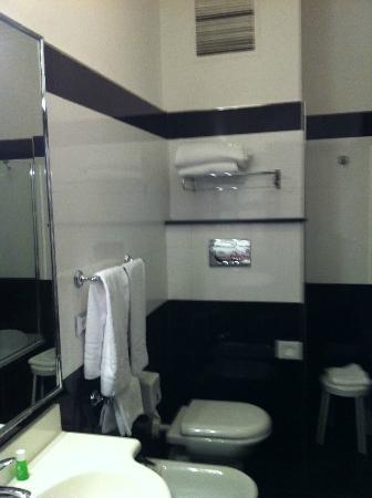 Hotel Mondial: Baño