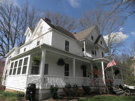 Oak Hill on Love Lane Bed & Breakfast: Side view of Inn!