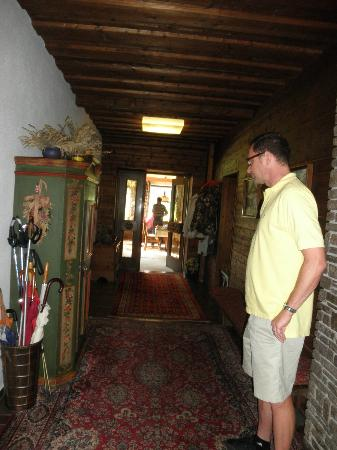Pension Garni Waldrast : Foyer which leads to dining room