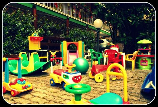 Hotel Manzoni : I giochi in giardino