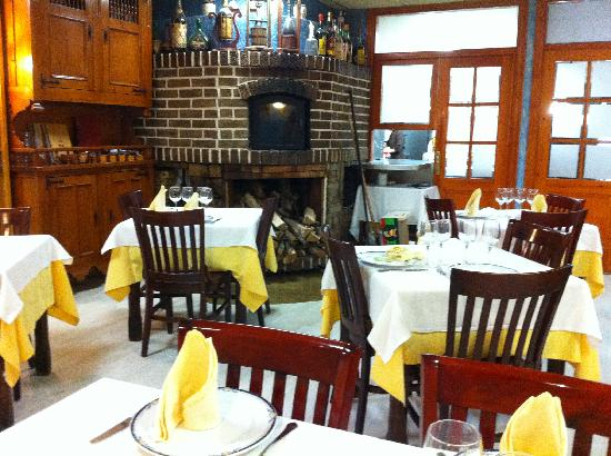 Restaurant Marisqueria Bellera: comedor interior y horno de asados