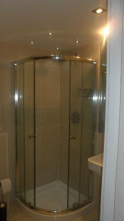 Rocklands Apartments: shower in bathroom