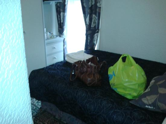 Prospect Hotel: Exceptionally small space for double bed pushed against wall