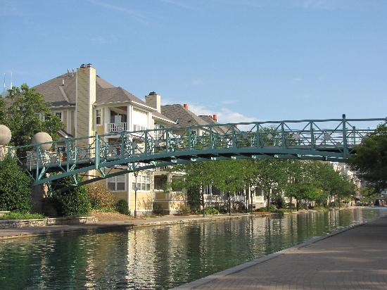 SpringHill Suites Indianapolis Downtown: We rented bikes in the park, this was one of the bridges over the canal in the park across the s