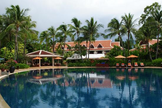Santiburi Beach Resort & Spa: Resort main building and pool