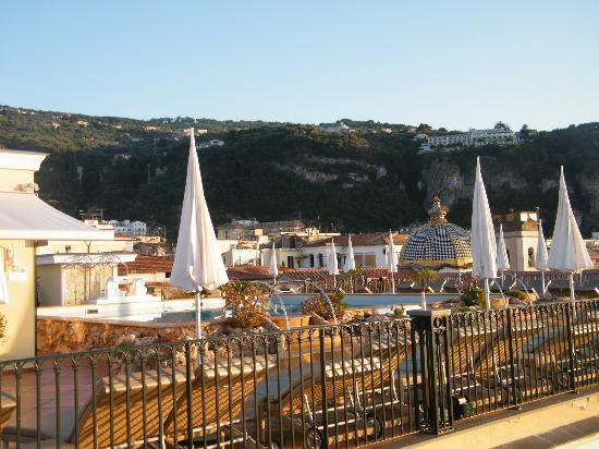 Grand Hotel La Favorita: Pool view, town and hills in background
