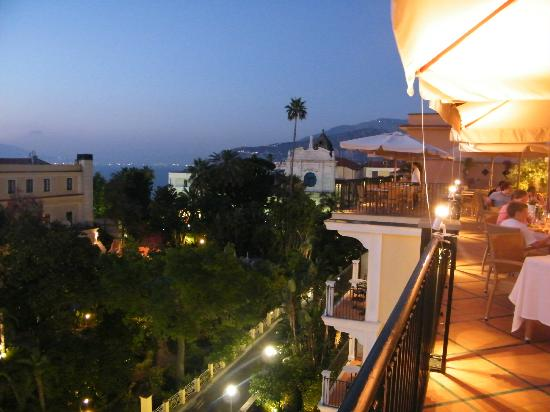 Grand Hotel La Favorita: View to right, early evening with slight view of parasols and lighting from bar/restaurant