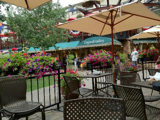 Lancelot Restaurant: Outdoor summer dining along Gore Creek at Lancelot
