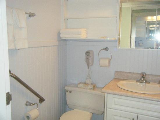 Claymore Inn: Guest Bathroom