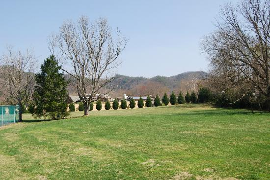 Talley Ho Inn: View from room of field looking toward Heritage Center