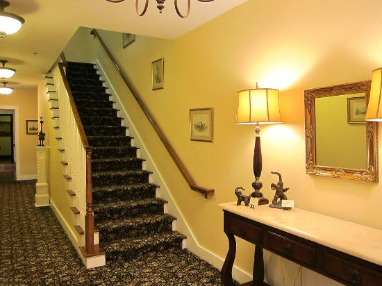 The Reluctant Panther Inn & Restaurant: Staircase in main bldg.