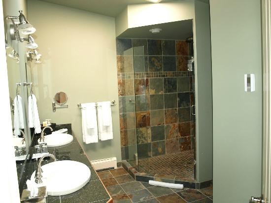 A View of the Lake: Grand View bathroom