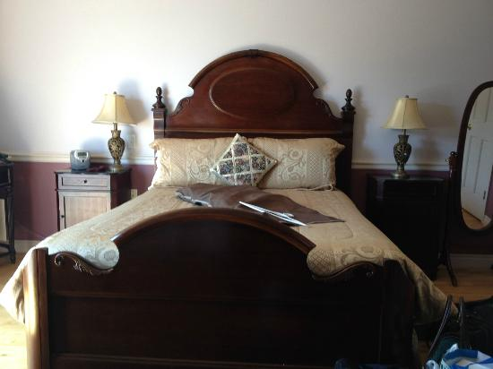 "Tidal Watch Inn: Bed in ""Dawn of Day`` Suite"