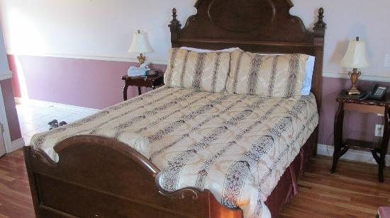 Tidal Watch Inn : The Seahorse Room Bed