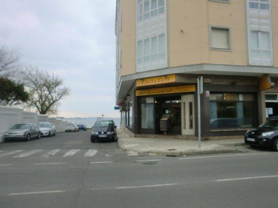 Restaurante Asador El Pampero: Entrada restaurante, con la Playa de Compostela y la Ría de Arosa al fondo.